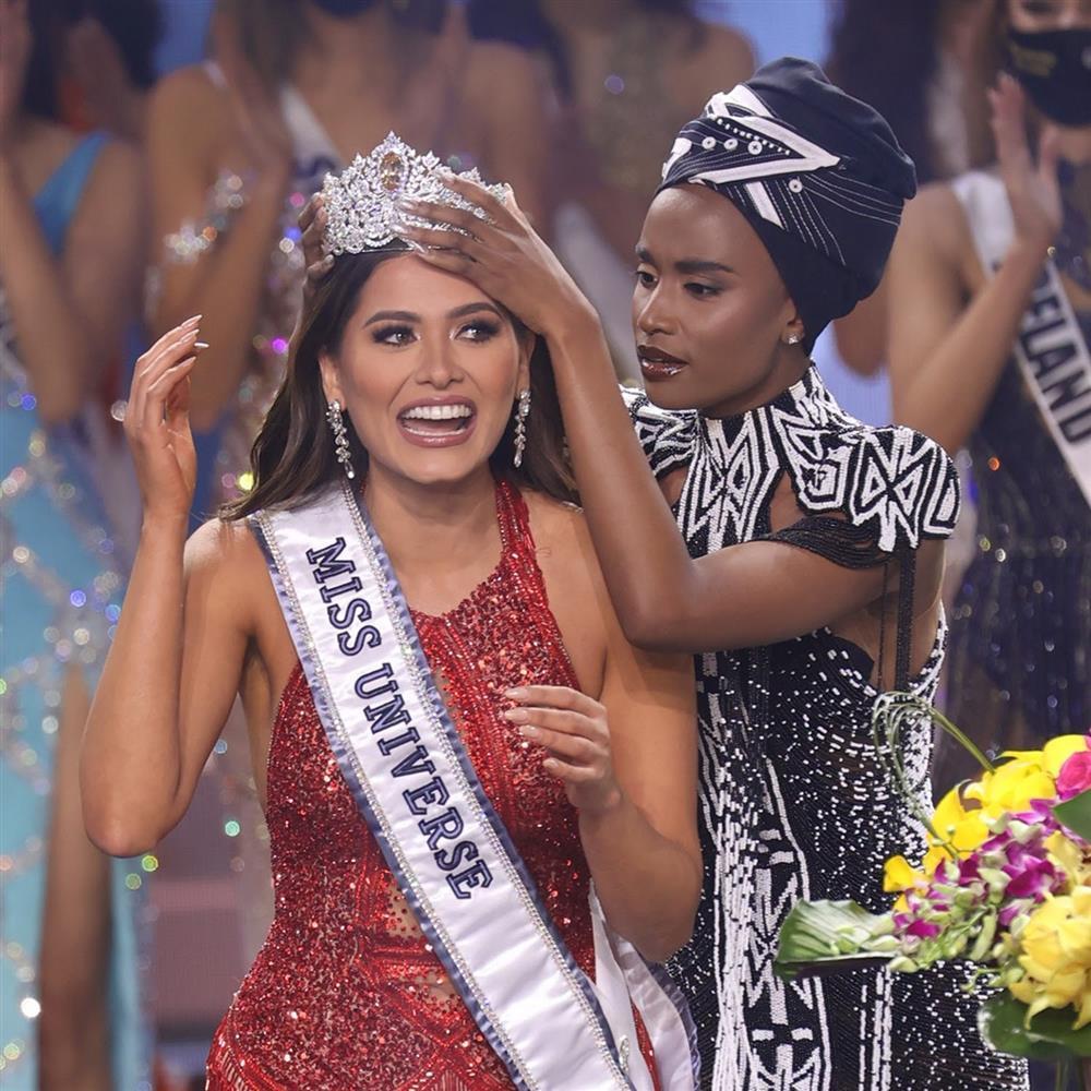 Đỗ Mỹ Linh chụp hình cùng tân Miss Universe, chiều cao cột đèn - máy nước-5