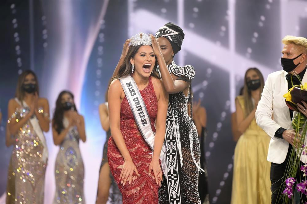 Đỗ Mỹ Linh chụp hình cùng tân Miss Universe, chiều cao cột đèn - máy nước-6