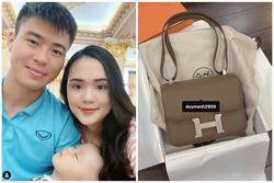 Trước khi sang Dubai đá giải, Duy Mạnh tặng vợ yêu túi Hermes 200 triệu