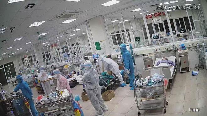 Clip: Bác sĩ ép tim liên tục, giành giật sự sống cho bệnh nhân Covid-19-2