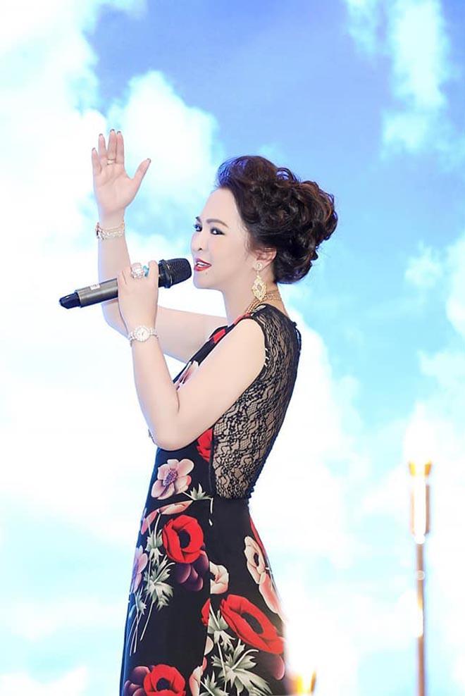 Clip: Bà Phương Hằng thể hiện giọng ca vàng, hát hay chẳng bằng hay hát!-2