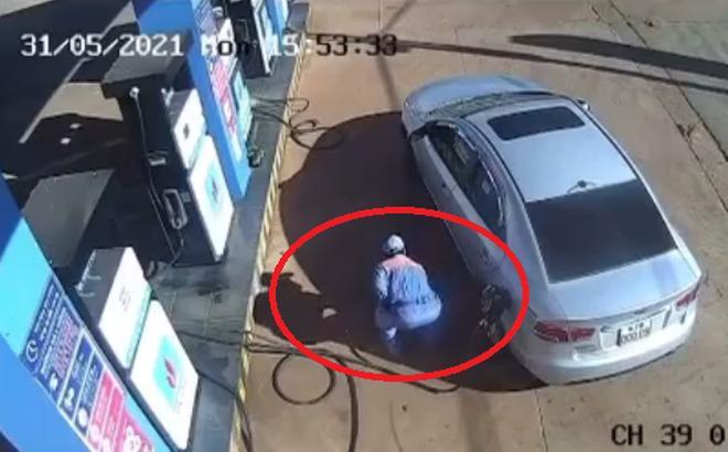 Clip: Thượng đế ném tiền qua cửa xe, nhân viên bơm xăng tức sôi máu-1