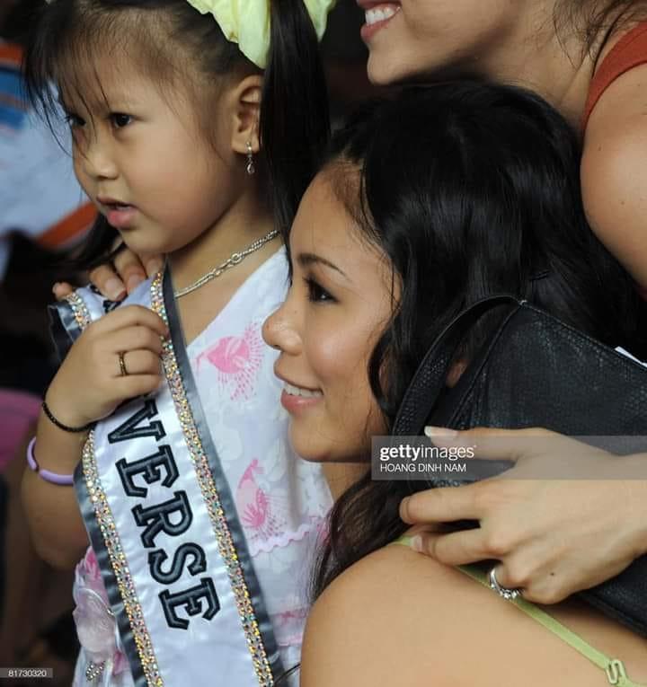 Bé gái Việt đeo dải băng Miss Universe, dân mạng tò mò giờ ở đâu-1