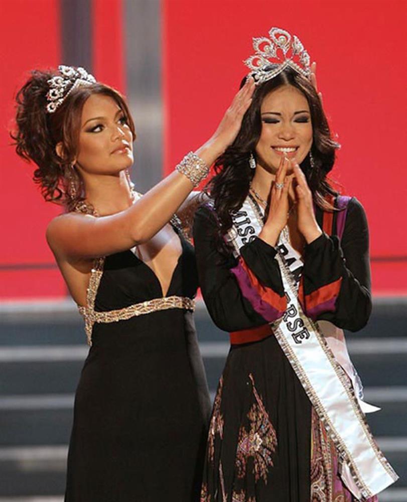 Bé gái Việt đeo dải băng Miss Universe, dân mạng tò mò giờ ở đâu-2