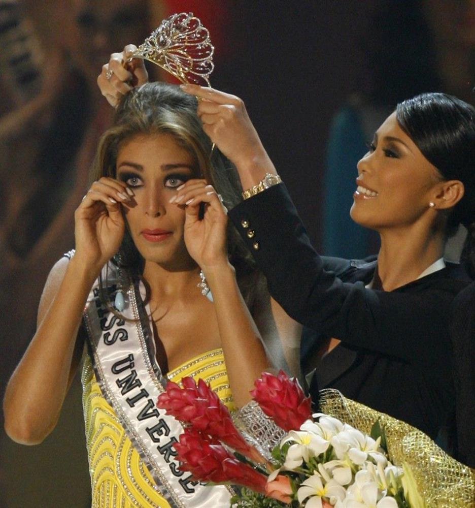 Bé gái Việt đeo dải băng Miss Universe, dân mạng tò mò giờ ở đâu-8