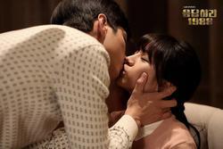 Ai đã 'cướp' mất nụ hôn màn ảnh đầu tiên của các mỹ nam Hàn?