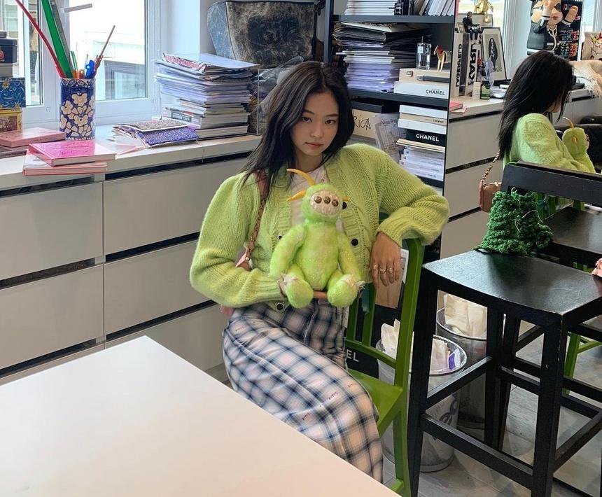 Jennie phối đồ thế nào với tông xanh lá?-4