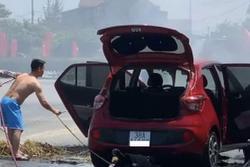 Rơm cuốn dưới gầm, ô tô phát hỏa khi lưu thông dưới trời nắng đổ lửa