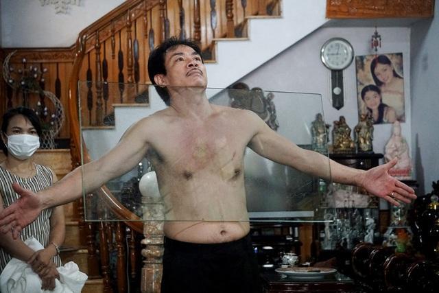 Chuyện lạ: Dị nhân Thanh Hóa như nam châm khổng lồ, hút đồ vật dính chặt cơ thể-3