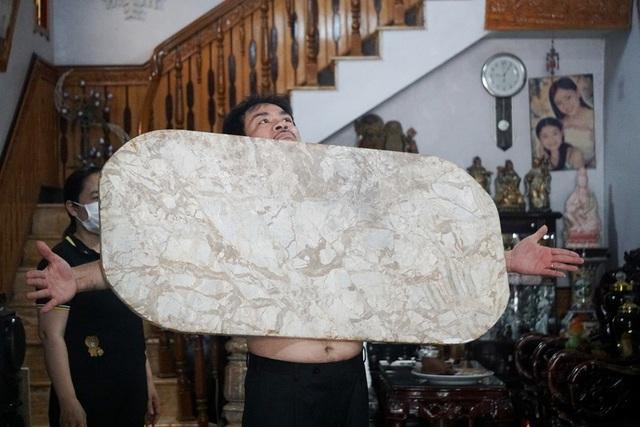 Chuyện lạ: Dị nhân Thanh Hóa như nam châm khổng lồ, hút đồ vật dính chặt cơ thể-5