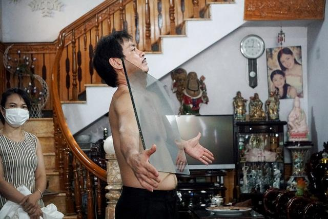 Chuyện lạ: Dị nhân Thanh Hóa như nam châm khổng lồ, hút đồ vật dính chặt cơ thể-4