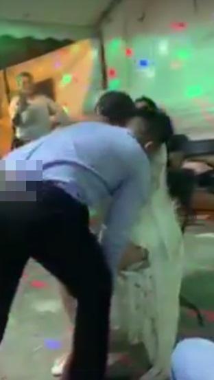 Chú rể dùng miệng cởi nội y cô dâu trước khách mời-1