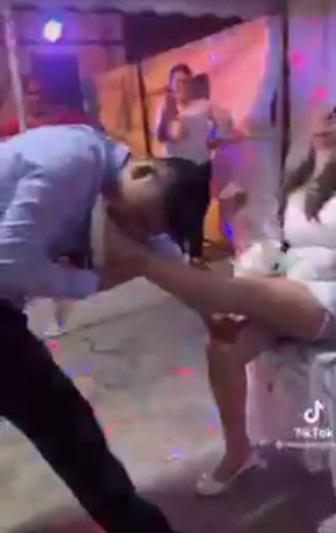 Chú rể dùng miệng cởi nội y cô dâu trước khách mời-2
