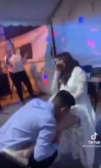 Chú rể dùng miệng cởi nội y cô dâu trước khách mời-3