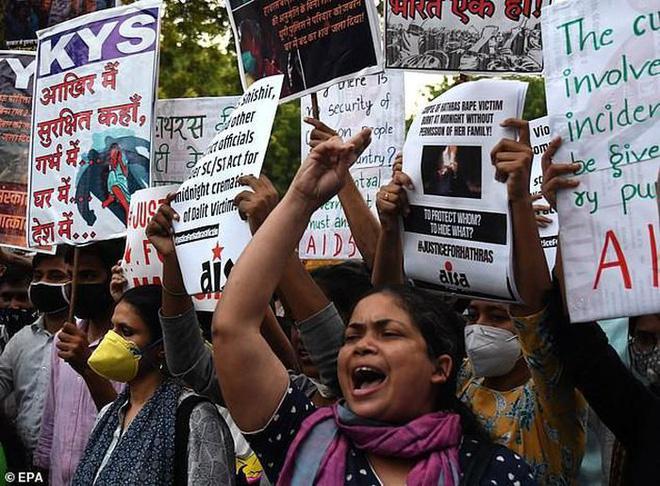 Chấn động Ấn Độ: Cô gái trẻ bị 25 kẻ cưỡng hiếp, tra tấn suốt đêm-2