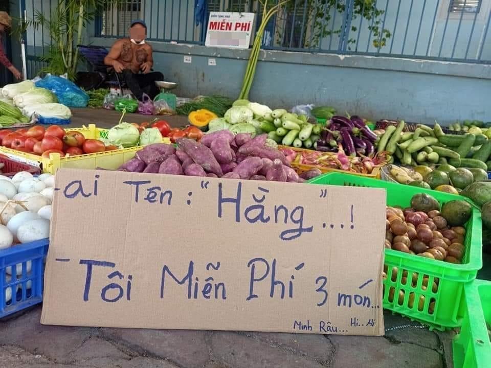Sạp bán rau củ tranh thủ tung ưu đãi đặc biệt cho khách hàng tên Hằng-1