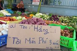 Sạp bán rau củ tranh thủ tung 'ưu đãi đặc biệt' cho khách hàng tên Hằng