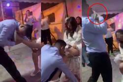 Chú rể dùng miệng cởi nội y cô dâu trước khách mời