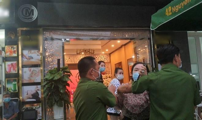 Lâm Đồng: Thấy phóng viên đưa tin, người phụ nữ ném chìa khóa chửi tục tĩu-1