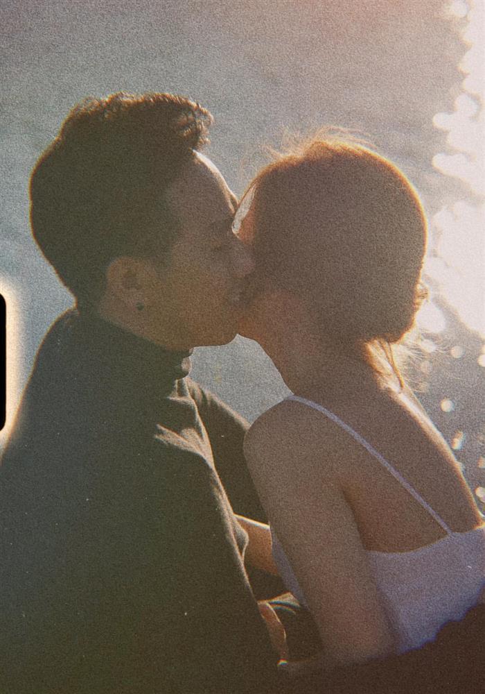 Lộ loạt ảnh Anh Đức ôm hôn bạn gái, nhan sắc nữ chính ra sao?-1