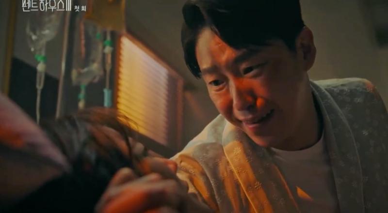 Penthouse 3 tập 1: Vì Rona mà Seok Kyung hắc hóa, Ju Dan Tae chết hụt 2 lần-17