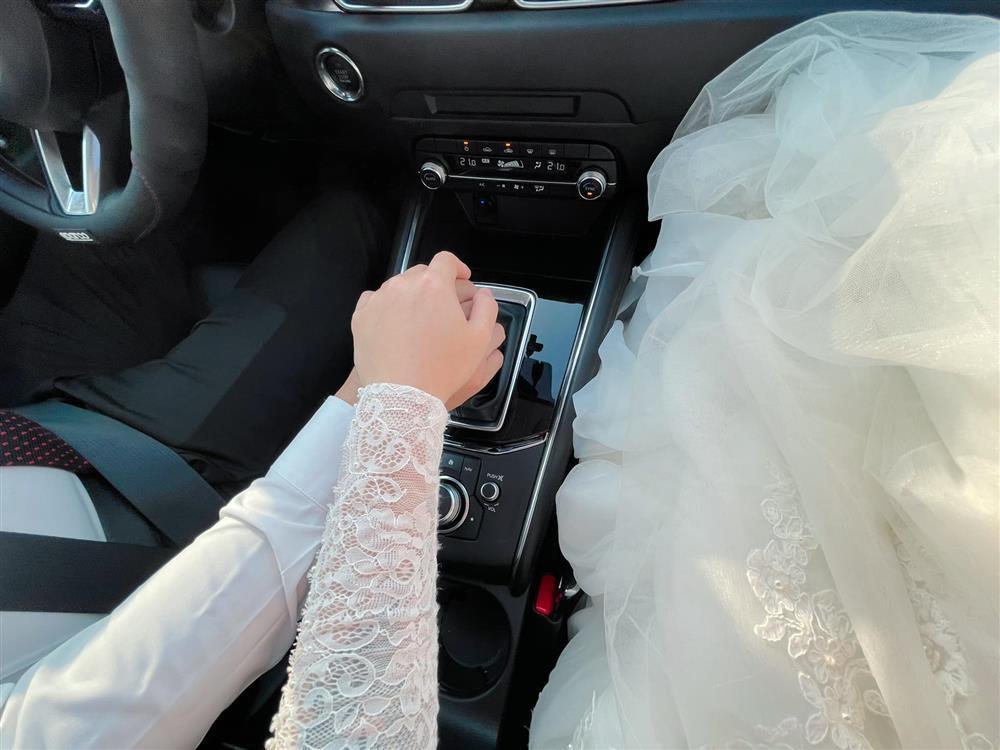 Netizen soi chi tiết sặc mùi tiền trong ảnh cưới MC Hoàng Linh với chồng-8