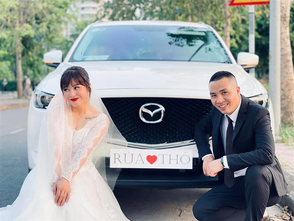 Netizen soi chi tiết sặc mùi tiền trong ảnh cưới MC Hoàng Linh với chồng-5