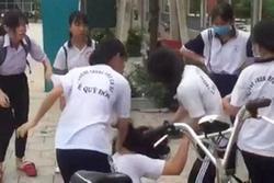 Clip: Nữ sinh lớp 7 bị đánh hội đồng, bật khóc nức nở khi lần lượt từng người tạt tai