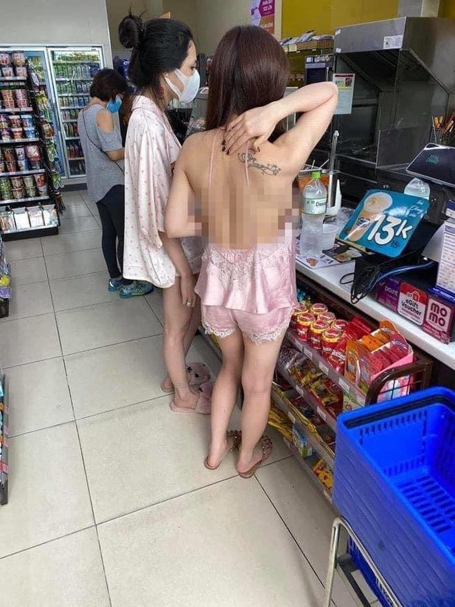 Cô nàng dưỡn dẹo bikini khoét hiểm xuống phố gây phản cảm-8
