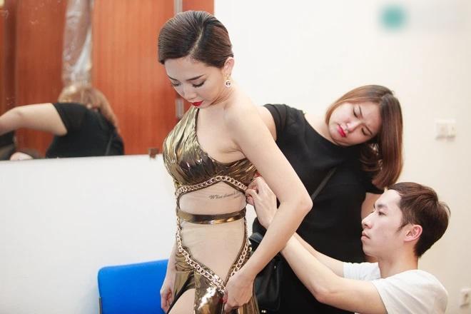Tóc Tiên bị chỉ trích tư cách nghệ sĩ vì ăn mặc hớ hênh-6
