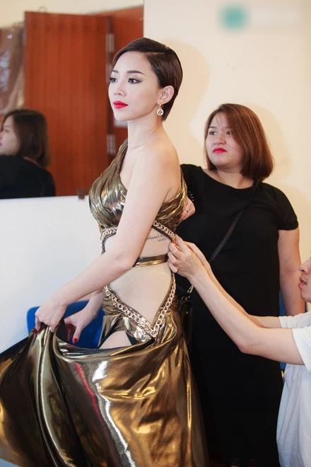 Tóc Tiên bị chỉ trích tư cách nghệ sĩ vì ăn mặc hớ hênh-8
