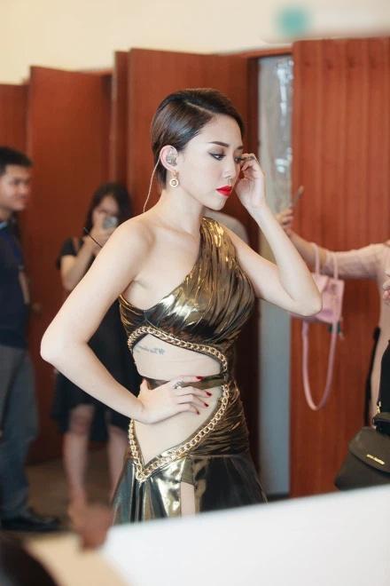 Tóc Tiên bị chỉ trích tư cách nghệ sĩ vì ăn mặc hớ hênh-9