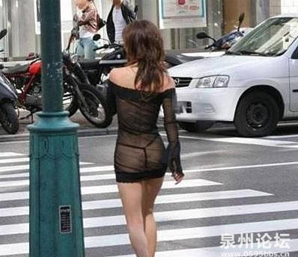 Những bộ váy áo mỏng tang lộ nội y phản cảm rầm rộ trên đường-6