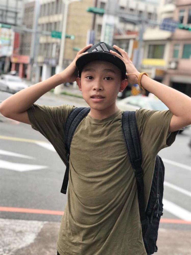 Cậu bé đen nhẻm nhà nghèo lột xác thế nào sau khi thành con nuôi Phi Nhung?-5