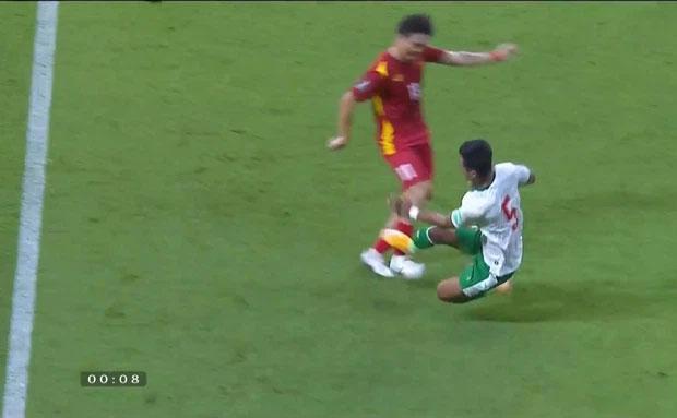 Người hâm mộ nổi cáu khi tuyển Việt Nam liên tục bị Indonesia phạm lỗi thô bạo-5