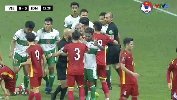 Người hâm mộ nổi cáu khi tuyển Việt Nam liên tục bị Indonesia phạm lỗi thô bạo-6