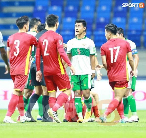 Tuấn Anh bị phạm lỗi thô bạo, Đỗ Duy Mạnh xông tới bóp cổ cầu thủ Indonesia-5