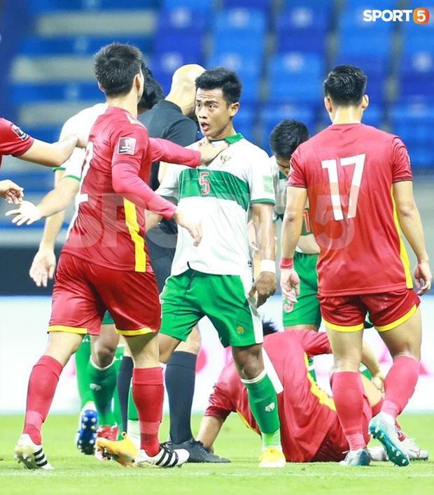 Tuấn Anh bị phạm lỗi thô bạo, Đỗ Duy Mạnh xông tới bóp cổ cầu thủ Indonesia-6