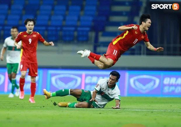 Tuấn Anh bị phạm lỗi thô bạo, Đỗ Duy Mạnh xông tới bóp cổ cầu thủ Indonesia-1