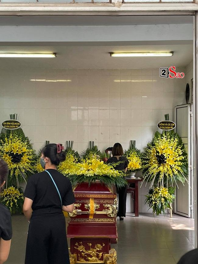 Con trai hoa hậu Thu Thủy ôm di ảnh mẹ trước giờ tang lễ-3