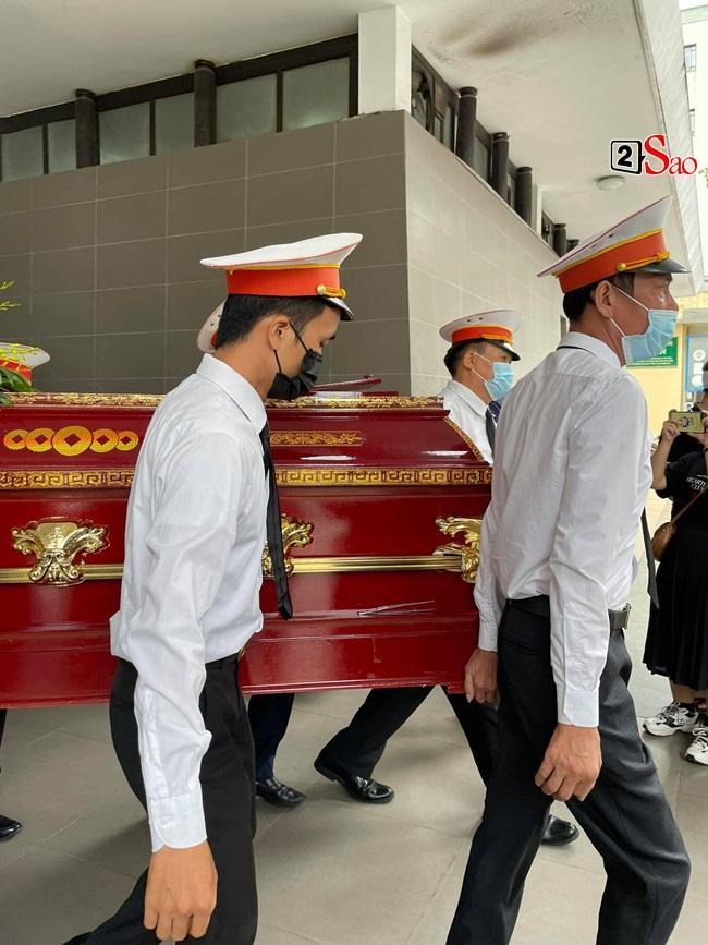 Con trai hoa hậu Thu Thủy ôm di ảnh mẹ trước giờ tang lễ-5