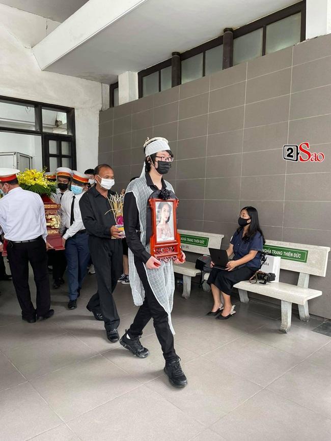 Con trai hoa hậu Thu Thủy ôm di ảnh mẹ trước giờ tang lễ-7