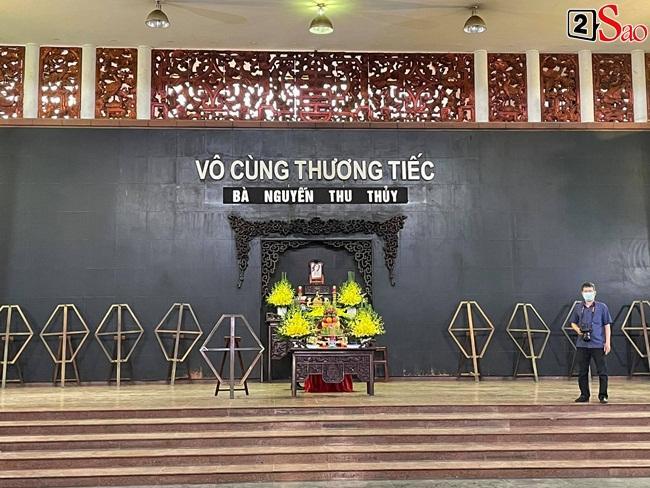 Con trai hoa hậu Thu Thủy ôm di ảnh mẹ trước giờ tang lễ-9