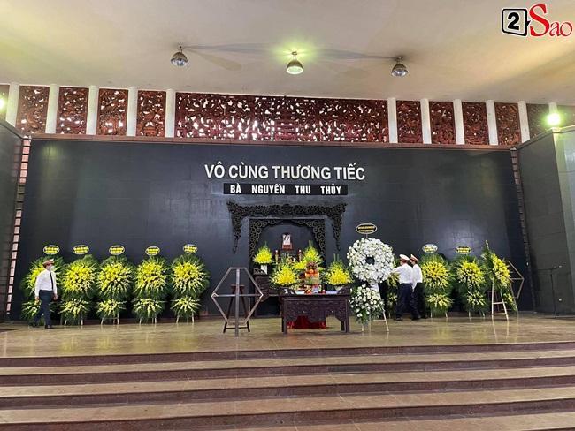 Con trai hoa hậu Thu Thủy ôm di ảnh mẹ trước giờ tang lễ-10