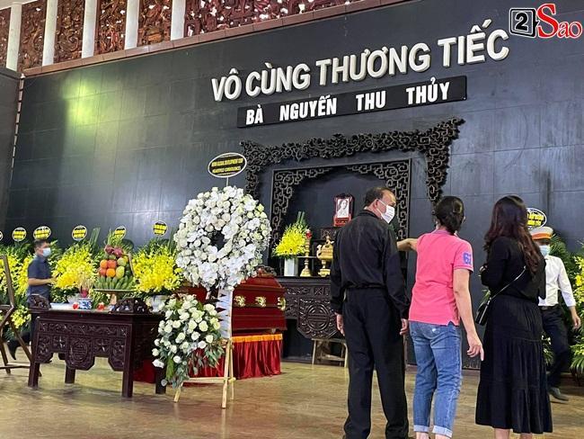 Con trai hoa hậu Thu Thủy ôm di ảnh mẹ trước giờ tang lễ-11