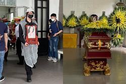 Con trai hoa hậu Thu Thủy ôm di ảnh mẹ trước giờ tang lễ