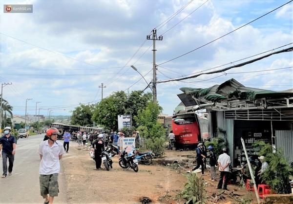 Clip: Rùng mình giây phút xe tải đâm xe khách, lao vào nhà dân làm 7 người thương vong-1