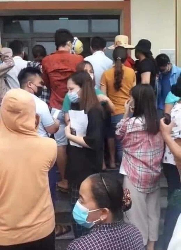 Bắc Giang: Người dân tiêm vaccine tụ tập đông như đi hội