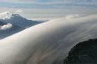 Biển mây bay như thác nước chảy ngược trên đỉnh núi