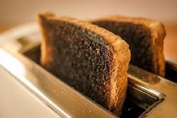 Vì sao không nên nướng bánh mì lâu?